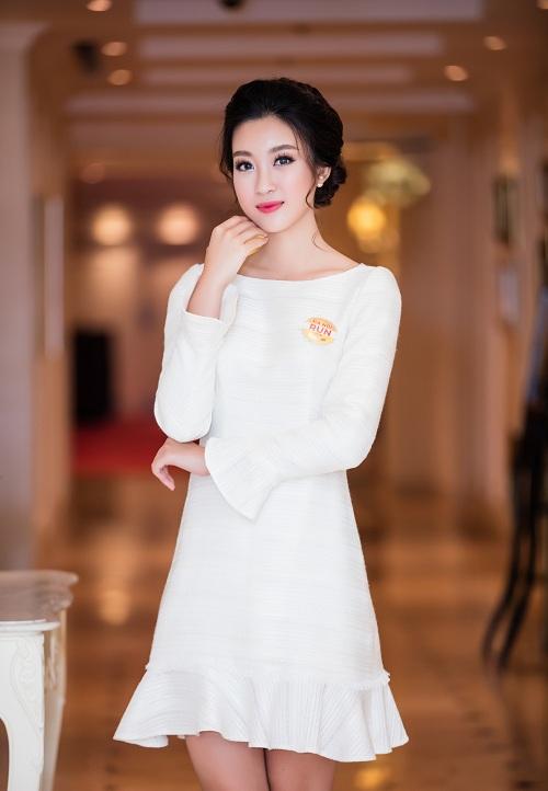 """Hoa hậu Mỹ Linh""""hút ánh nhìn"""" với váy trắng quyến rũ - 4"""