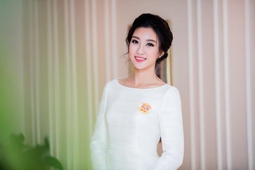 """Hoa hậu Mỹ Linh""""hút ánh nhìn"""" với váy trắng quyến rũ - 6"""