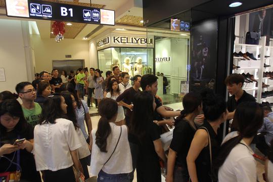 TP HCM: Đông nghẹt người xếp hàng mua đồ giảm giá ngày Black Friday - 1
