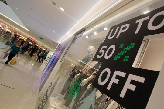 TP HCM: Đông nghẹt người xếp hàng mua đồ giảm giá ngày Black Friday - 11