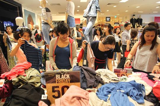 TP HCM: Đông nghẹt người xếp hàng mua đồ giảm giá ngày Black Friday - 12