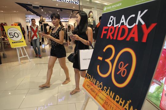 TP HCM: Đông nghẹt người xếp hàng mua đồ giảm giá ngày Black Friday - 13