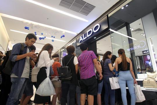 TP HCM: Đông nghẹt người xếp hàng mua đồ giảm giá ngày Black Friday - 14