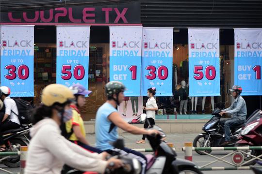 TP HCM: Đông nghẹt người xếp hàng mua đồ giảm giá ngày Black Friday - 15
