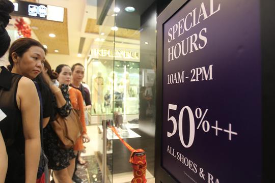 TP HCM: Đông nghẹt người xếp hàng mua đồ giảm giá ngày Black Friday - 3
