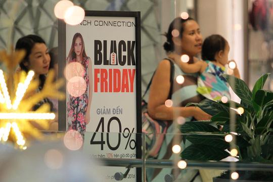 TP HCM: Đông nghẹt người xếp hàng mua đồ giảm giá ngày Black Friday - 4