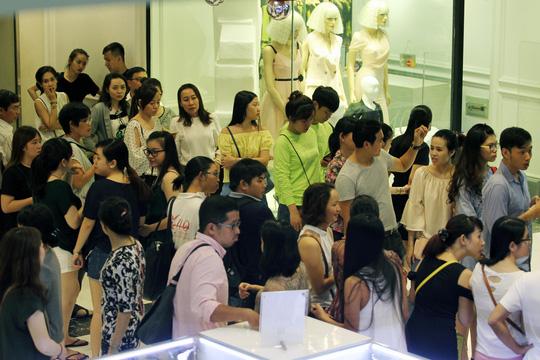 TP HCM: Đông nghẹt người xếp hàng mua đồ giảm giá ngày Black Friday - 5