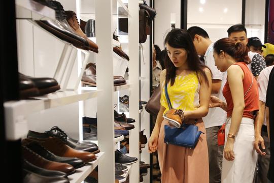 TP HCM: Đông nghẹt người xếp hàng mua đồ giảm giá ngày Black Friday - 7