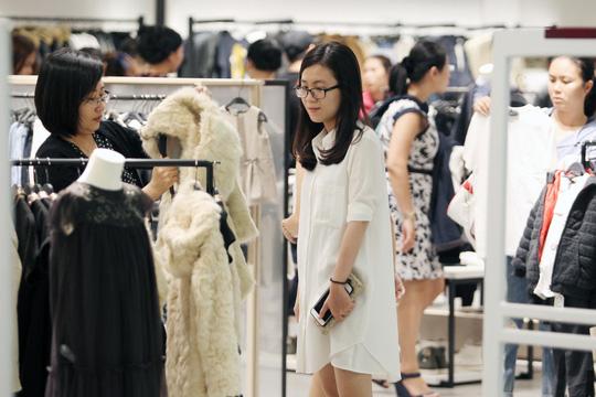 TP HCM: Đông nghẹt người xếp hàng mua đồ giảm giá ngày Black Friday - 8