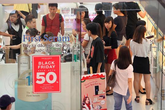 TP HCM: Đông nghẹt người xếp hàng mua đồ giảm giá ngày Black Friday - 9