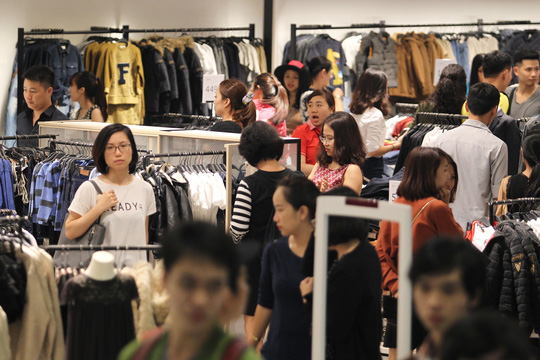 TP HCM: Đông nghẹt người xếp hàng mua đồ giảm giá ngày Black Friday - 10