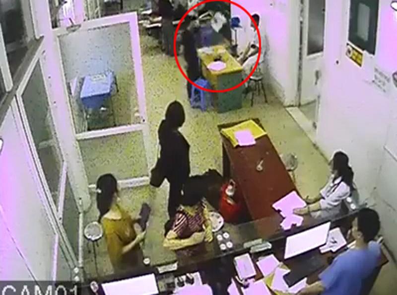 Côn đồ xông vào bệnh viện hành hung nhân viên y tế - 1
