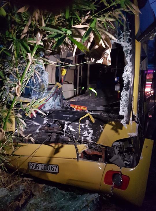 Xe khách húc đuôi xe tải, 2 phụ nữ bị cuốn vào gầm xe - 2