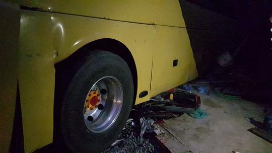 Xe khách húc đuôi xe tải, 2 phụ nữ bị cuốn vào gầm xe - 1