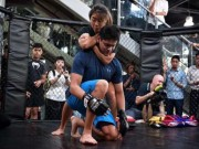 """Thể thao - Người hùng bơi châu Á """"vật lộn"""" với mỹ nữ võ MMA"""