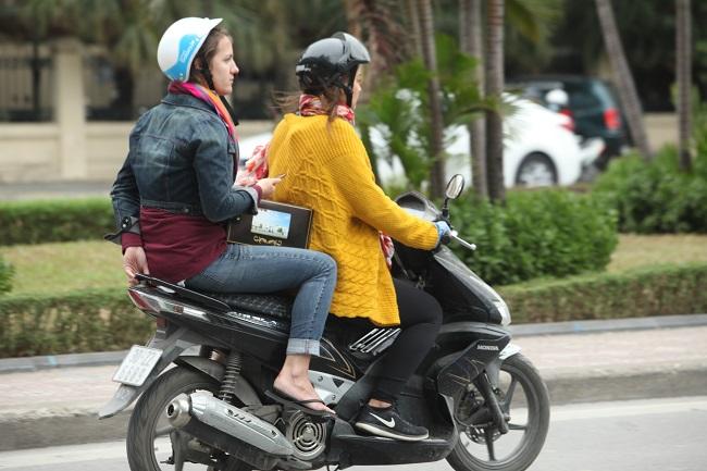 """Gái Hà Nội mặc """"trên đông dưới hè"""" trong ngày rét 15 độ - 2"""