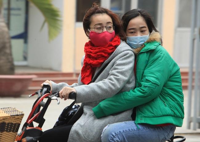 """Gái Hà Nội mặc """"trên đông dưới hè"""" trong ngày rét 15 độ - 1"""