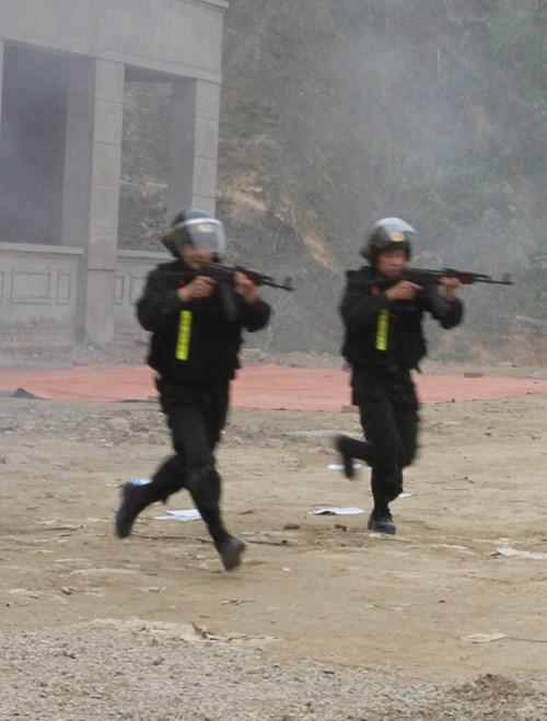 Mục kích diễn tập chống khủng bố ở Bắc Kạn - 6