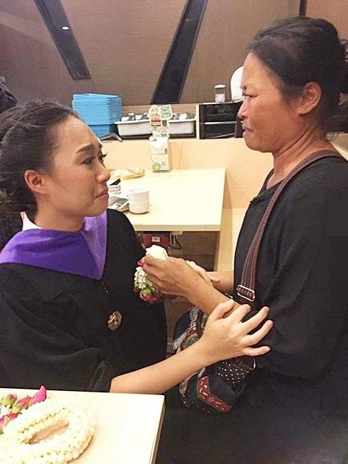 Mẹ nghèo xấu hổ không dám dự lễ tốt nghiệp của con - 2