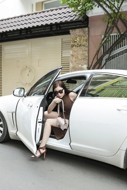 Hoa hậu Kỳ Duyên gây sốc với mặt mộc, lái xế sang chảnh - 1