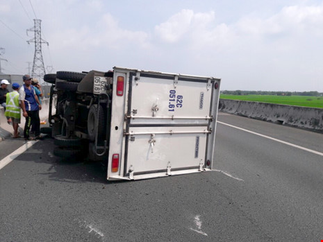 Xe tải bị nổ vỏ, lật ngang trên cao tốc Trung Lương - 2
