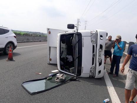 Xe tải bị nổ vỏ, lật ngang trên cao tốc Trung Lương - 1