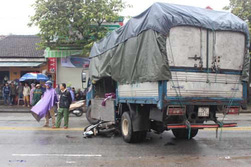 Mắc kẹt dưới gầm xe tải, một phụ nữ nguy kịch - 1