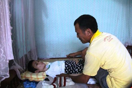 """Người cha mang """"án tử"""" nuôi con bại liệt - 2"""