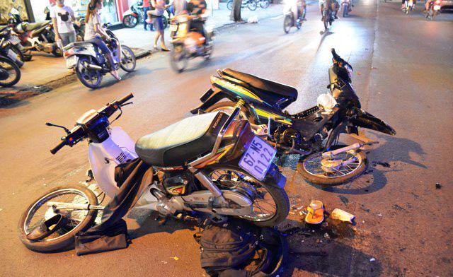 Hai xe máy gãy làm đôi sau cú tông kinh hoàng - 1