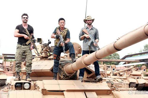 """Ngô Kinh """"cưỡi"""" xe tăng, suýt chết khi quay """"Chiến Lang 2"""" - 1"""