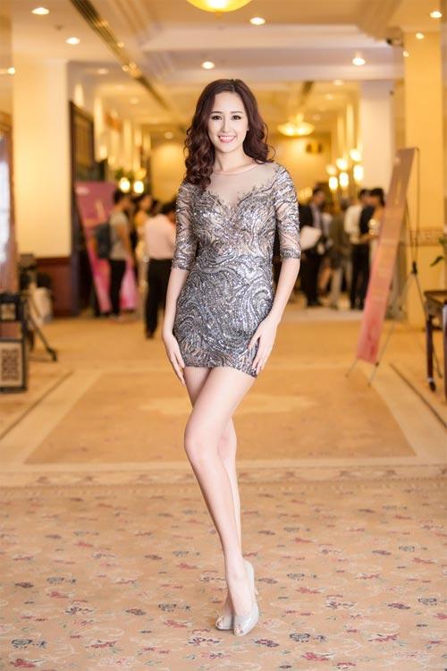 Mai Phương Thúy mê mặc váy cực ngắn khoe chân siêu dài - 3