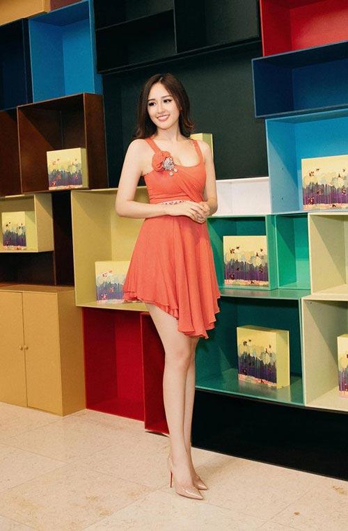 Mai Phương Thúy mê mặc váy cực ngắn khoe chân siêu dài - 6