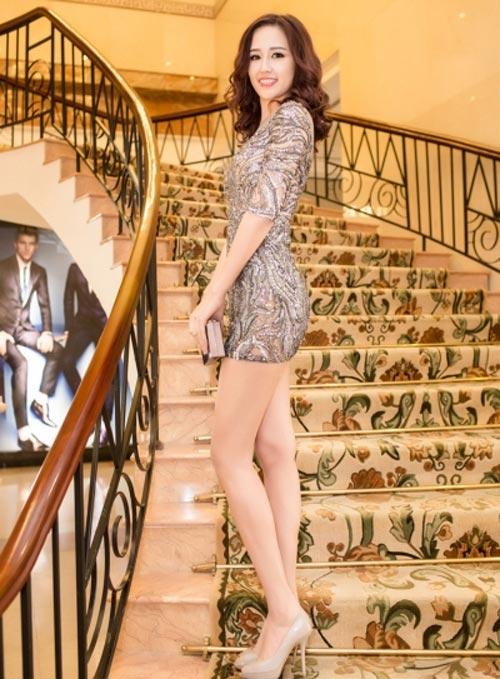 Mai Phương Thúy mê mặc váy cực ngắn khoe chân siêu dài - 2