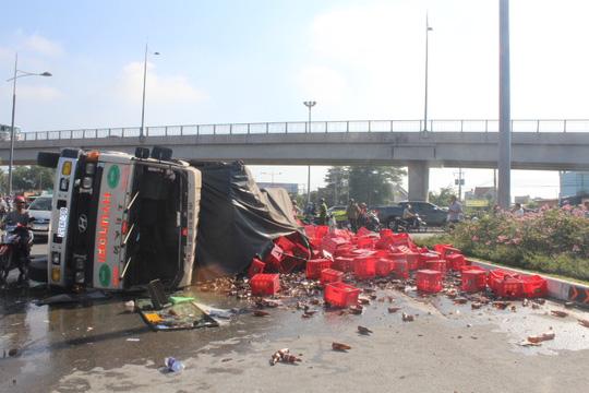 Đồng Nai: Xe chở bia lật vùi 2 người đi đường - 3