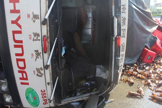 Đồng Nai: Xe chở bia lật vùi 2 người đi đường - 7