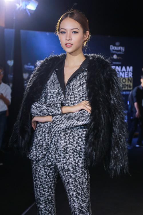 Jolie Nguyễn xẻ khoét tới hông, đọ sắc cùng dàn mỹ nhân Việt - 8