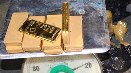 Khởi tố vụ vận chuyển trái phép 18kg vàng qua biên giới - 1