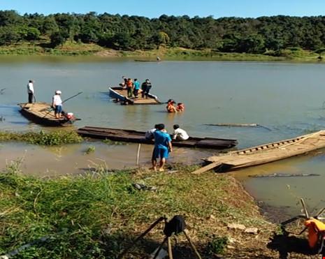 Bình Phước: Lật thuyền trên sông Lấp, 4 người tử vong - 1