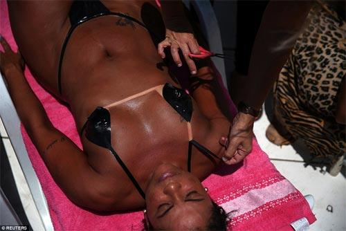 Sốc với mốt bikini băng dính bé xíu của chị em Brazil - 2