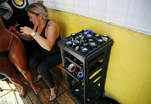 Sốc với mốt bikini băng dính bé xíu của chị em Brazil - 5
