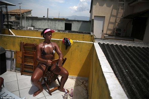 Sốc với mốt bikini băng dính bé xíu của chị em Brazil - 10