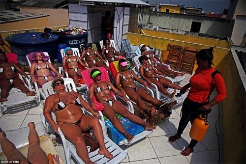 Sốc với mốt bikini băng dính bé xíu của chị em Brazil - 3