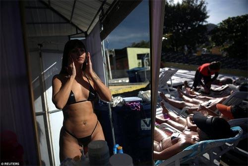 Sốc với mốt bikini băng dính bé xíu của chị em Brazil - 6