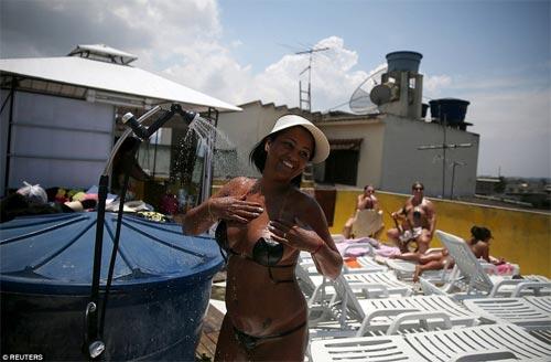 Sốc với mốt bikini băng dính bé xíu của chị em Brazil - 9