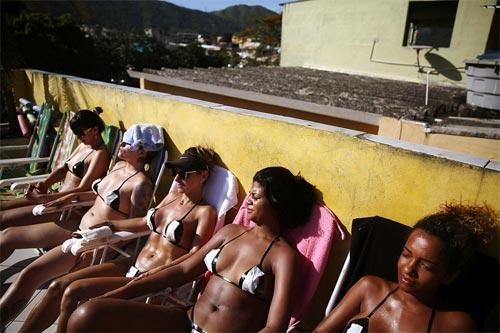 Sốc với mốt bikini băng dính bé xíu của chị em Brazil - 4