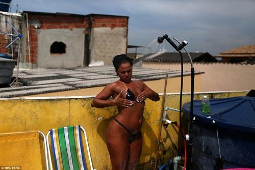 Sốc với mốt bikini băng dính bé xíu của chị em Brazil - 8