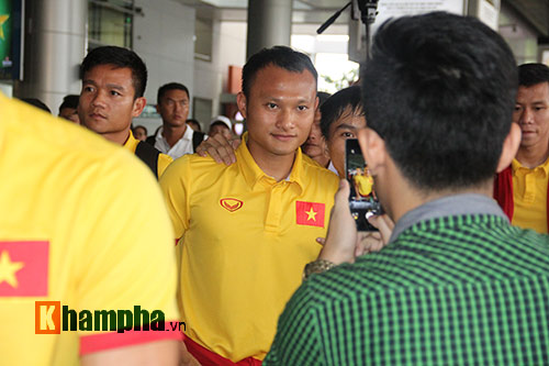 Sắp đá bán kết AFF Cup, ĐT Việt Nam bị fan quây kín ở sân bay - 10