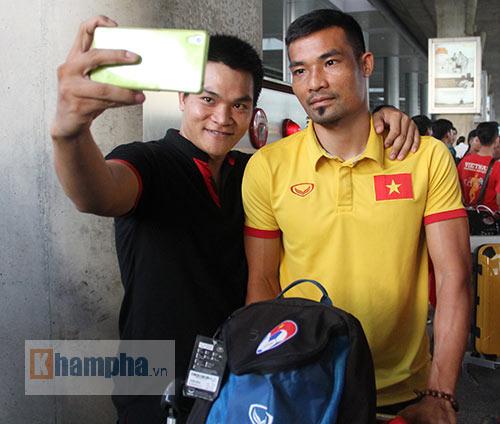 Sắp đá bán kết AFF Cup, ĐT Việt Nam bị fan quây kín ở sân bay - 11