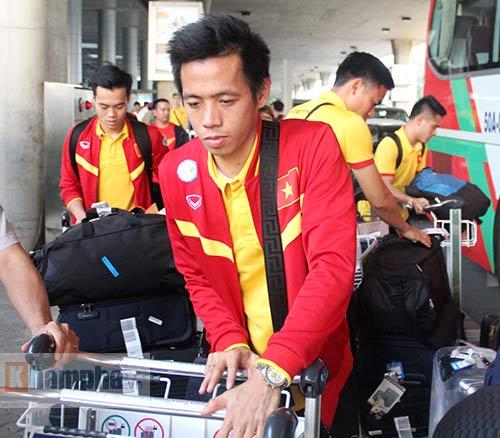 Sắp đá bán kết AFF Cup, ĐT Việt Nam bị fan quây kín ở sân bay - 12