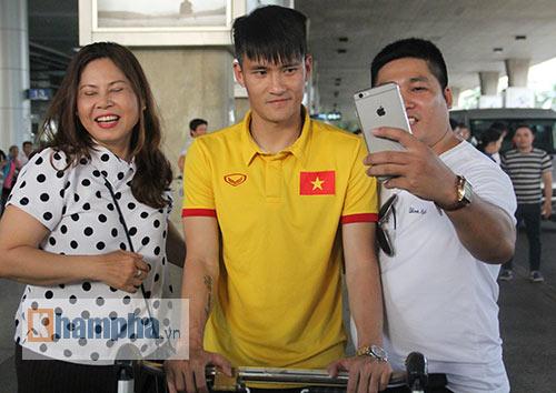 Sắp đá bán kết AFF Cup, ĐT Việt Nam bị fan quây kín ở sân bay - 13